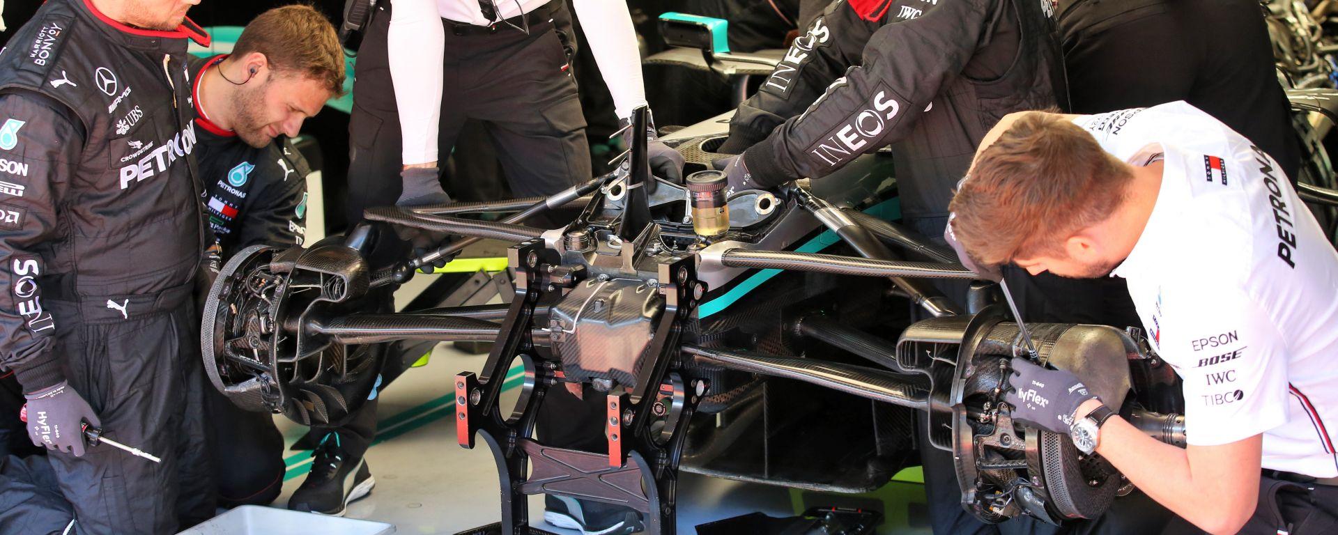 F1 Testing 2020: meccanici al lavoro sulla Mercedes W11