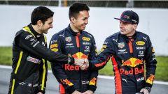 F1 Testing 2020: Ocon e Verstappen si stringono la mano prima della foto di gruppo