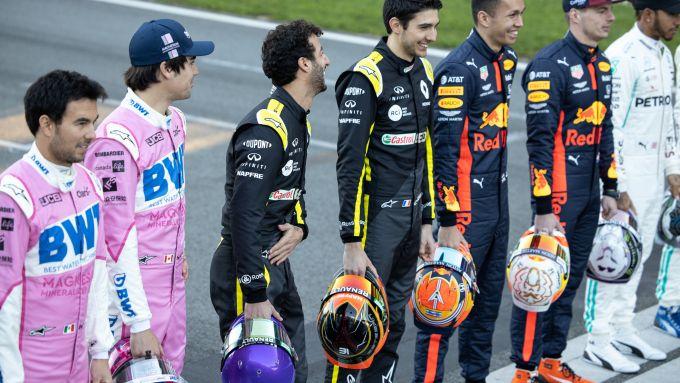 F1 Testing 2020: Perez, Stroll, Ricciardo, Ocon, Albon, Verstappen e Hamilton scherzano prima della foto di gruppo