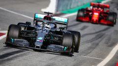 F1 Testing: Valtteri Bottas (Mercedes) inseguito in pitlane da Charles Leclerc (Ferrari)