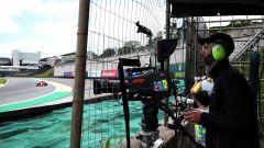F1, un cameraman della Fom riprende le monoposto in azione in pista