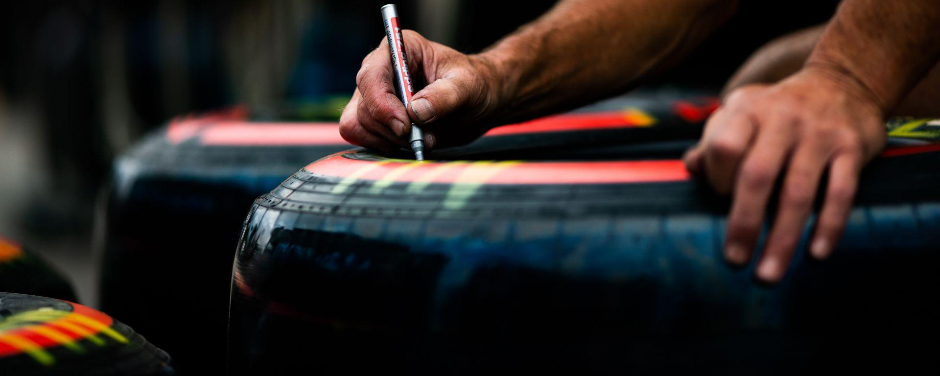 F1, un meccanico marchia le gomme Pirelli