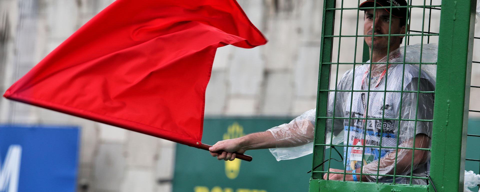 F1, una bandiera rossa sventolata in pista