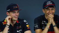 F1, Verstappen (a sinistra) e Albon (a destra) in conferenza stampa. Saranno compagni in Red Bull da Spa