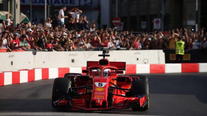F1, Vettel sfila tra le via di Milano con la Ferrari SF71H alla vigilia del GP Italia 2018