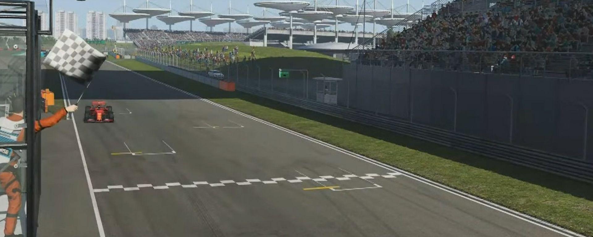 F1 VirtualGP Cina: Charles Leclerc (Ferrari) transita sotto la bandiera a scacchi di Shanghai