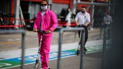 F1,,GP Emilia Romagna: Lewis Hamilton di rosa vestito