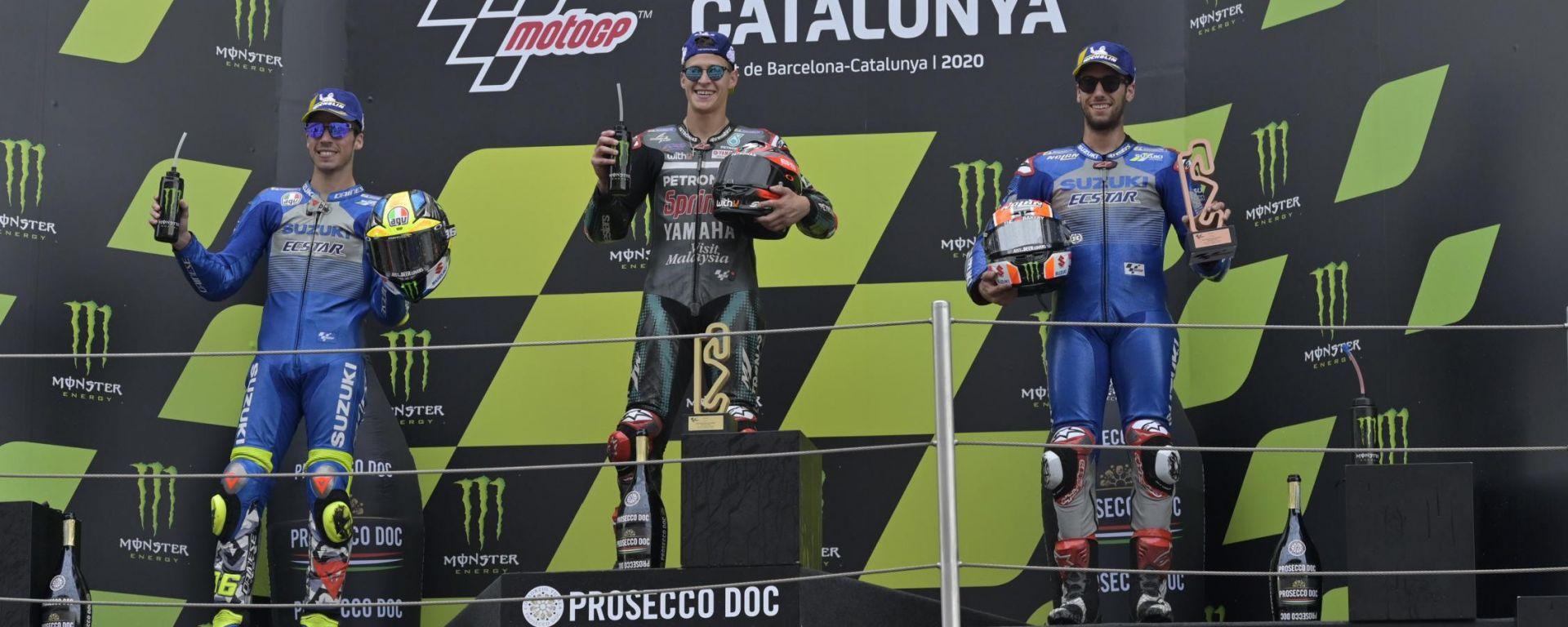 Fabio Quartararo (Yamaha) tra i due piloti Suzuki Joan Mir e Alex Rins