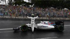 Felipe Massa che saluta i suoi tifosi dopo aver perso la sua Williams in aquaplaning