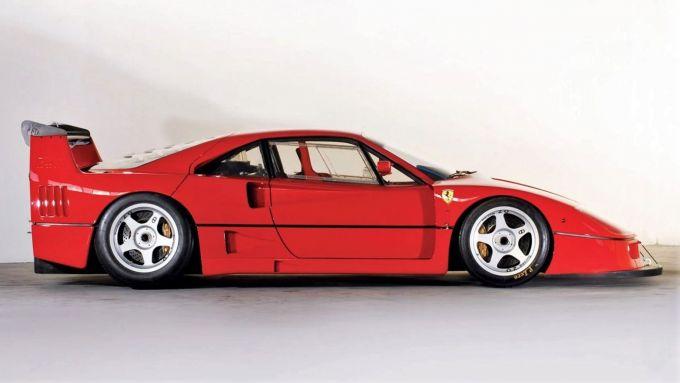 Ferarri F40: notare i finestrini in plastica, come le auto da corsa