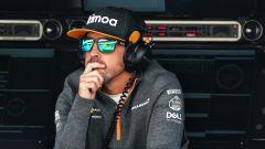 Fernando Alonso al muretto McLaren nei test F1 di Barcellona 2019
