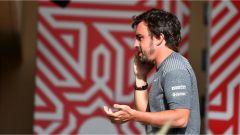 Fernando Alonso - al telefono dopo il GP del Bahrain 2017