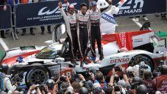 Fernando Alonso festeggia con i compagni Nakajima e Buemi il successo alla 24 ore di Le Mans 2018
