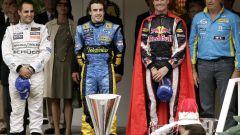 Fernando Alonso festeggia sul podio del Gran Premio di Monaco 2006 tra Montoya e Coulthard