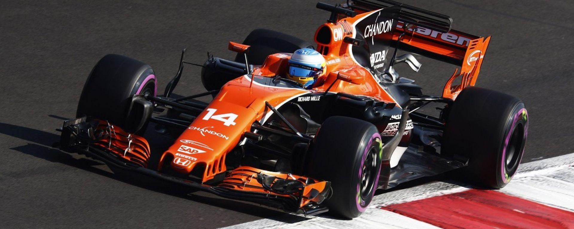 Fernando Alonso in azione con la McLaren MCL32
