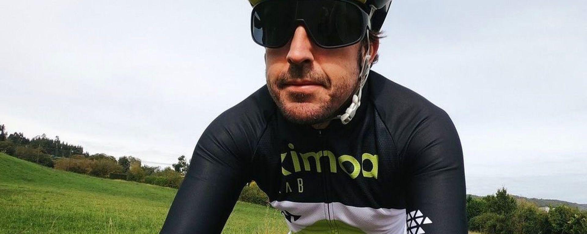 Fernando Alonso in bici | Foto: Instagram @FernandoAlo_Oficial