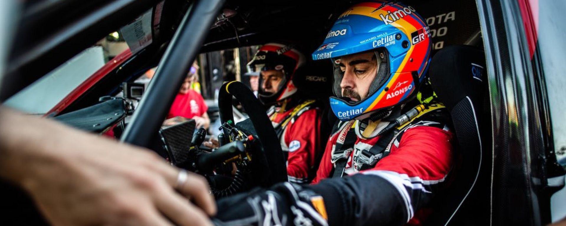 Fernando Alonso nell'abitacolo della Toyota Hilux