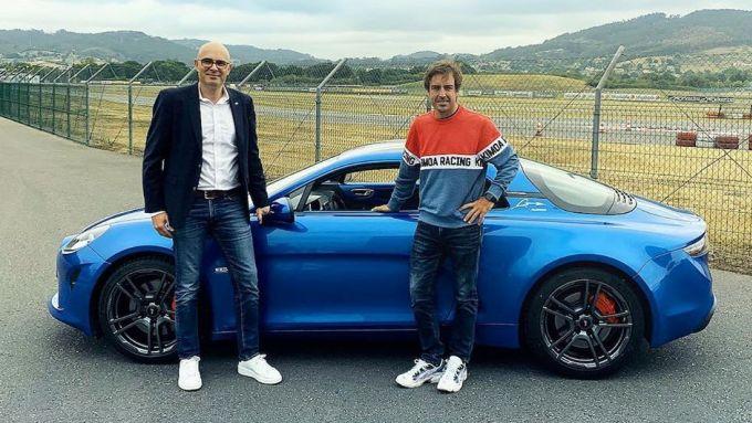Fernando Alonso riceve in regalo una Alpine A110