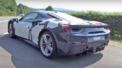 Ferrari 488: un muletto avvistato al Nurburgring, vista 3/4 posteriore