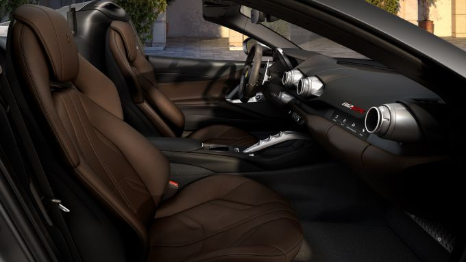 Ferrari 812 GTS: gli interni