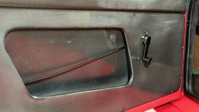 Ferrari F40: l'apertura della portiera tramite un cavo