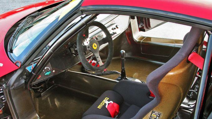 Ferrari F50 GT: l'abitacolo spogliato di tutto e con i sedili a guscio della MOMO