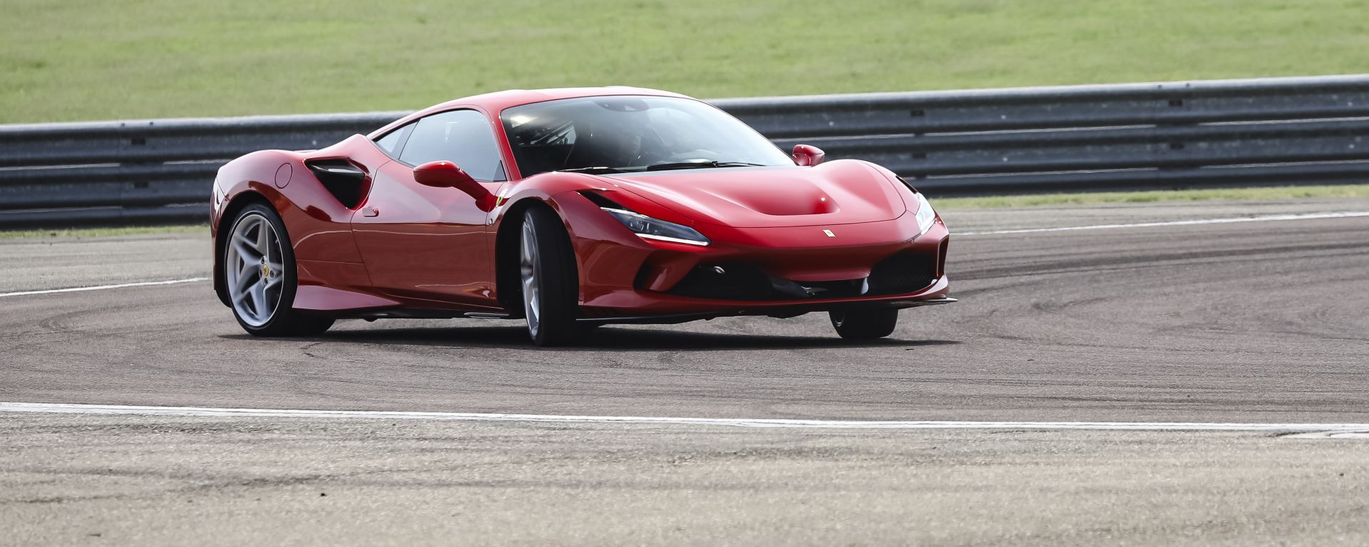 """Al volante della Ferrari F8 Tributo: dalla """"Pista"""" alla strada"""