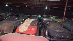Ferrari, Porsche, Lamborghini... il capannone è pieno di auto da sogno