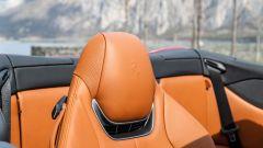 Ferrari Portofino M, sotto il poggiatesta la bocchetta del Neck Warmer per l'aria calda