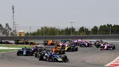 FIA F2 GP Bahrain 2019, gara-1, la prima curva