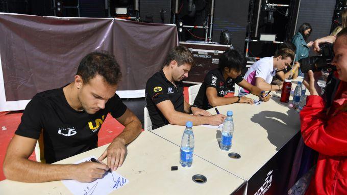 Fia Formula 2 2019, Luca Ghiotto e Jordan King in una sessione di autografi