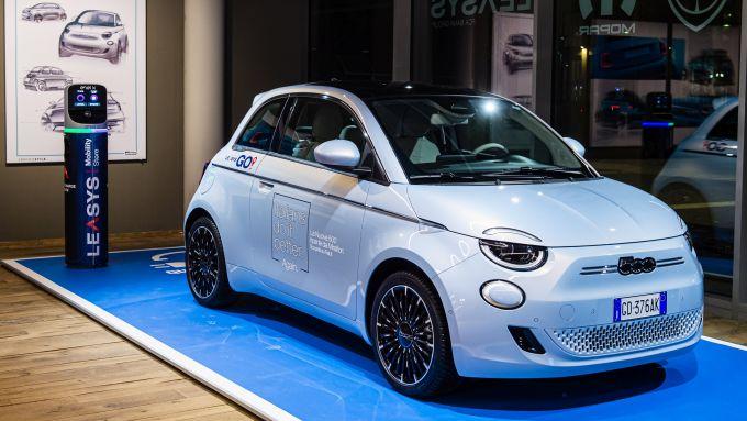 Fiat 500 e Alexa, visuale di 3/4 anteriore dell'auto elettrica