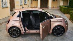 Fiat 500 e: con le due portiere laterali aperte