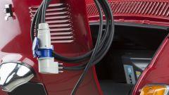 Fiat 500 elettrica by Officine Ruggenti: il cavo con l'adattatore per la ricarica dalle prese domestiche