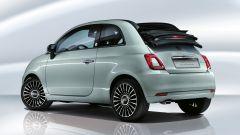 Fiat 500 Hybrid: visuale di 3/4 posteriore della versione scoperta