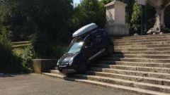 Con Fiat Panda 4x4 giù per la scalinata di Villa Borghese a Roma