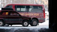 Fiat Panda 4x4 Showtime accanto a uno ski-bus