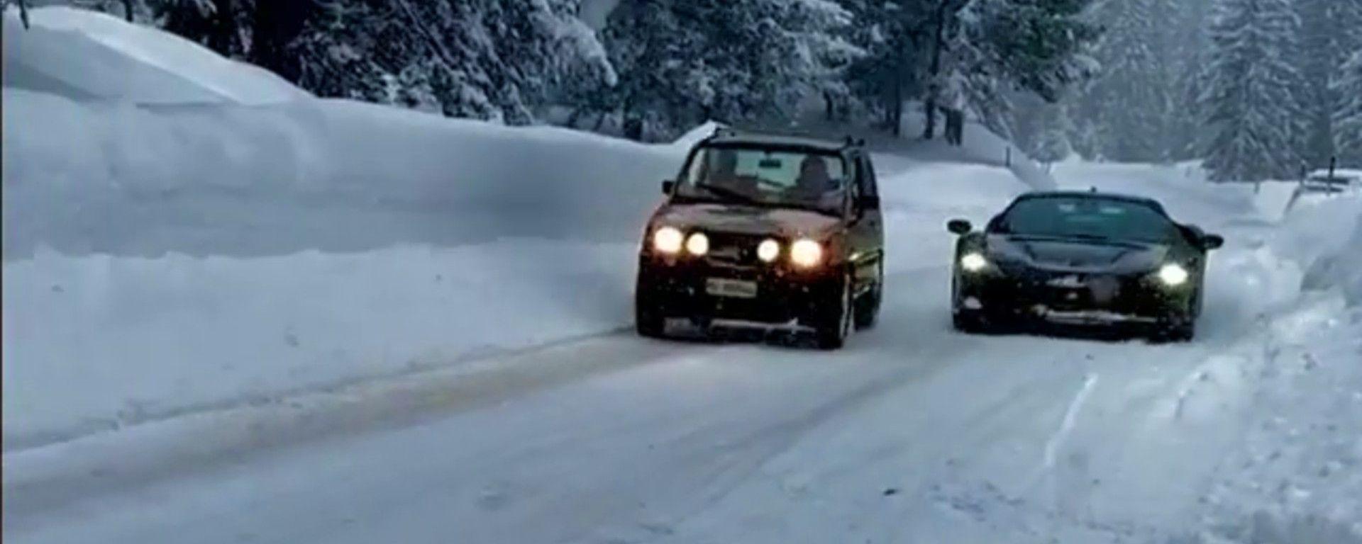 Fiat Panda 4x4 vs Ferrari SF90 Stradale, la partenza della drag race