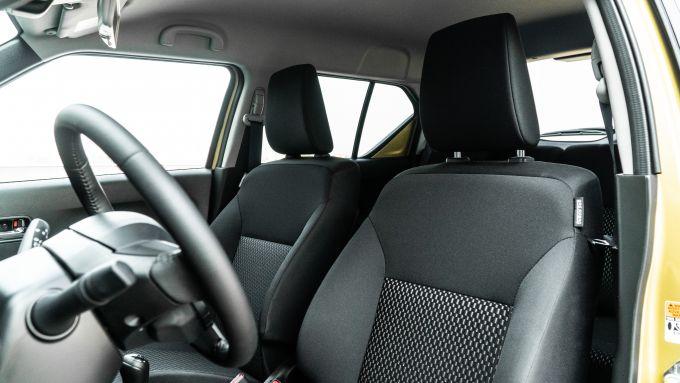 Fiat Panda Hybrid vs Suzuki Ignis Hybrid: i sedili anteriori della Suzuki