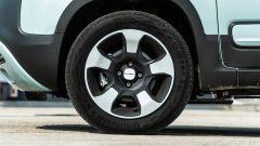 Fiat Panda Hybrid vs Suzuki Ignis Hybrid: il copricerchio della Panda simula molto bene il look dei cerchi in lega leggera