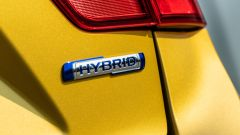 Fiat Panda Hybrid vs Suzuki Ignis Hybrid: il logo sul portellone del vano di carico della Ignis