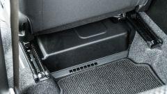 Fiat Panda Hybrid vs Suzuki Ignis Hybrid: la batteria del sistema MHEV sotto il sedile lato guida