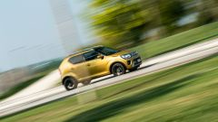 Fiat Panda Hybrid vs Suzuki Ignis Hybrid: un passaggio fuori città della Ignis Hybrid