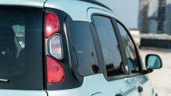 Fiat Panda Hybrid vs Suzuki Ignis Hybrid: una vista dei fari posteriori della Panda
