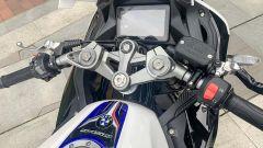 Forcella regolabile, display a colori e finiture carbon look: la S450RR gioca a fare la grande
