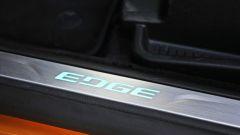 Ford Edge: il battitacco si illumina di azzurro