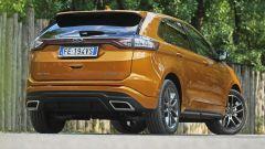 Ford Edge: il posteriore è subito riconoscibile per la striscia luminosa che unisce i fari