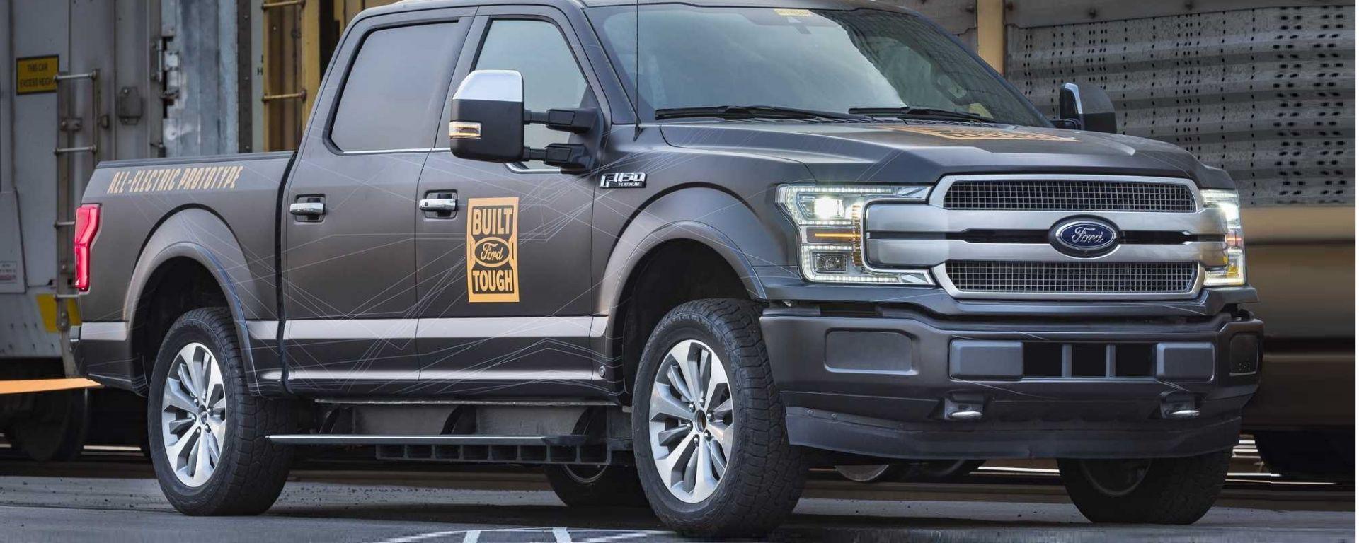 Ford F150 Elettrico: il pick-up traina 10 vagoni ferroviari