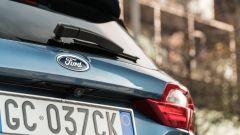 Ford Fiesta 1.0 Ecoboost Hybrid 125 CV ST-Line, il marchio Ford sul portellone