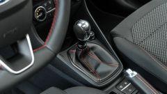 Ford Fiesta 1.0 Ecoboost Hybrid 125 CV ST-Line, la leva del cambio con finitura in alluminio